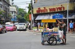 供营商在曼谷正在寻找在一条市中心街道上的顾客 免版税库存照片