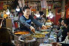 供营商在Gwangjang食品批发市场的服务食物 库存图片