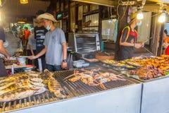 供营商烹调一些食物在Amphawa浮动市场上 库存照片