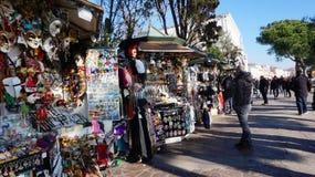 供营商设定在街道上的一个摊位卖五颜六色的面具对 库存照片