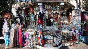 供营商设定在街道上的一个摊位卖五颜六色的面具对 免版税库存照片