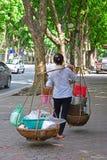 供营商运载的食物篮子在河内越南 库存照片