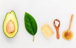 供选择的护肤和洗刷新鲜的鲕梨,叶子, sa海 库存照片