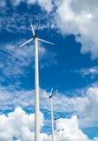 供选择的清洁能源的风车农场与云彩和蓝色 免版税库存图片