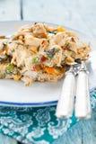 供食与菜和鸡的煎蛋卷 图库摄影