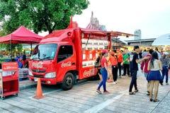供食免费可口可乐的可口可乐卡车 库存图片