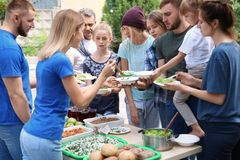 供食可怜的人民的志愿者食物 免版税库存图片