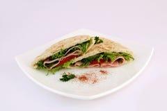 供食的健康膳食牌照沙拉三明治 库存图片