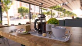 供食的法国新闻咖啡在咖啡馆 库存照片