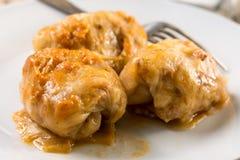 供食的sarma圆白菜特写镜头宏指令充塞用在板材的肉末 库存照片