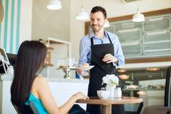 供食顾客一些点心 免版税库存图片