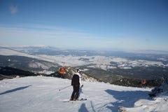 供以人员一个倾斜的滑雪者在冬天山 免版税库存照片