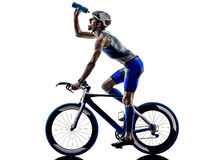 供以人员三项全能铁人骑自行车喝的运动员骑自行车者 免版税库存图片