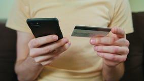 供以人员与信用卡和智能手机的购物 股票视频