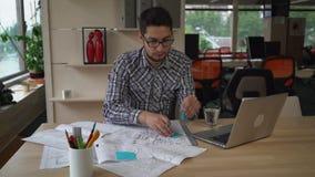 供以人员与图纸建筑剪影一起使用在设计机构中 股票录像