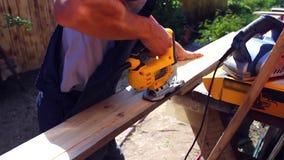 供以人员与在木头的一套电动工具一起使用 影视素材