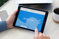 供以人员举行iPad赞成空间灰色社会网络服务Twitte 免版税库存照片