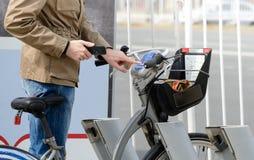 供以人员乘在分享城市服务的自行车的一辆自行车 库存图片