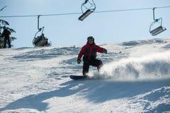 供以人员乘坐下坡在滑雪胜地的房客反对滑雪吊车 库存图片