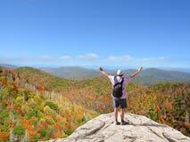 供以人员享受在远足旅行的时间在山 库存照片