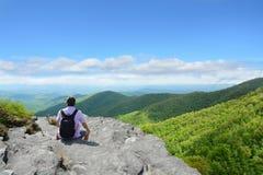 供以人员享受在远足旅行的时间在山 免版税库存照片