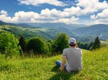 供以人员休息在山风景背景的一座山顶部  免版税图库摄影