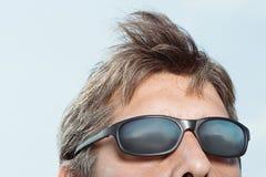 供以人员佩带的太阳镜 图库摄影