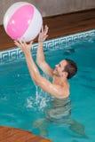 供以人员使用与在水池里面的可膨胀的球 免版税库存照片