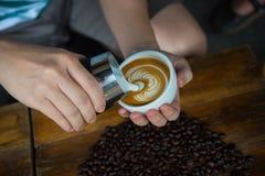 供以人员倾吐的奶油入咖啡 库存照片