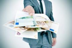 供以人员充分给信封欧洲票据 免版税库存图片