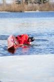 供以人员划皮船在河04的红色皮船 免版税库存照片