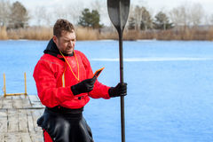 供以人员划皮船在河19的红色皮船 免版税库存图片