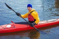 供以人员划皮船在游览的一艘红色皮船本质上07 免版税库存图片