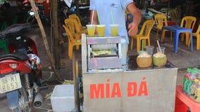 供以人员卖被按的甘蔗汁在市场上 股票视频