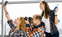 供以人员和两持与票和地图的妇女一本护照并且拍摄了 欧洲 会集在一次被引导的游览 库存照片