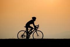 供以人员在一串足迹的骑马与他的自行车 免版税库存照片