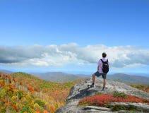 供以人员在享受山景的山的上面的身分 库存图片