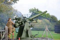 供以人员在再制定的生火第二次世界大战反航空器枪 免版税库存图片