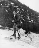 供以人员在多雪的山的狩猎与狗(所有人被描述不更长生存,并且庄园不存在 供应商保单tha 库存图片
