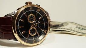 供以人员在帆布的手表与金钱 免版税库存图片