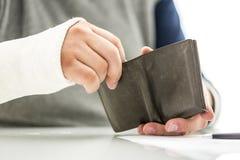 供以人员在拿着钱包的石膏模型的胳膊 免版税库存照片