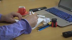 供以人员在桌面安置的笔记本的文字 影视素材