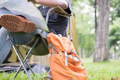 供以人员在椅子和读书地图的旅游开会在帐篷前面在 库存图片