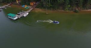 供以人员在河的乘驾水色自行车顶视图的 股票视频