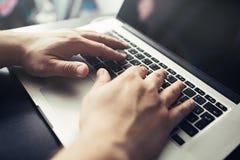 供以人员在膝上型计算机的手 在计算机上的商人工作 库存照片