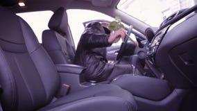 供以人员坐在汽车并且投入玫瑰在位子 股票视频