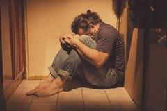 供以人员坐地垫,哀伤,沮丧和孤独 库存图片