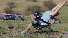 供以人员坐椅子和舒展在远征阵营 影视素材