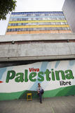 供以人员坐椅子和绘查维斯和维瓦Palestina 免版税图库摄影