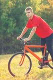 供以人员坐自行车和看照相机 免版税库存照片